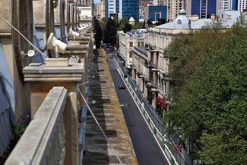 لوییس همیلتون قهرمان اتومبیلرانی جهان در حال تمرین در شهر باکو پیش از آغاز مسابقات اتومبیلرانی فرمول یک در این شهر