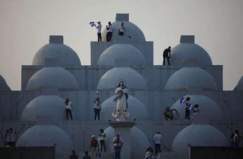 تظاهرات معترضان نیکاراگوئه ای روی بام کلیسای جامع شهر ماناگوئا/ رویترز