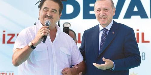 اردوغان در کنار ابراهیم تاتلیسس در جریان سخنرانی انتخاباتی در شهر ازمیر ترکیه. اردوغان نامزد ریاست جمهوری و تاتلیسس نامزد مجلس در انتخابات زودهنگام در پیش روست.