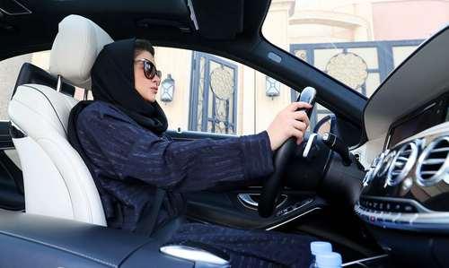 یک دختر سعودی در حال تمرین رانندگی در شهر ریاض. از ماه ژوئن- یک ماه دیگر- رانندگی زنان در عربستان سعودی مجاز خواهد بود./عکس: خبرگزاری فرانسه