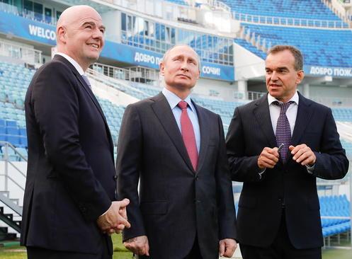 از چپ تصویر: رییس فیفا، پوتین و فرماندار کرسنودار روسیه در بازدید از استادیومی در شهر بندری سوچی روسیه یک ماه مانده به آغاز رقابتهای فوتبال جام جهانی در روسیه