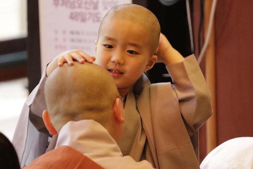 تراشیدن موی سر بچه راهبان بودایی در معبدی در سئول