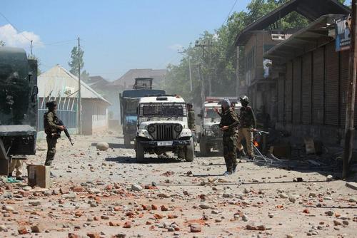 پرتاب سنگ از سوی معترضان مسلمان به یک ایست بازرسی نیروهای هندی در کمشیر