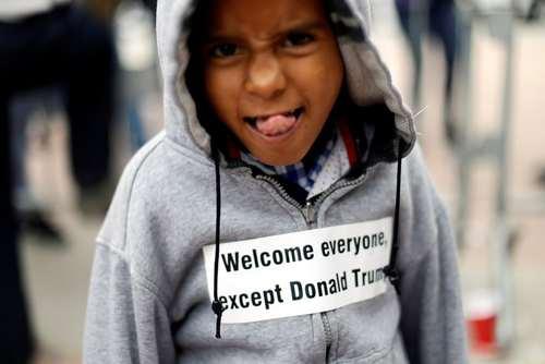 زبان درازی! یک نوجوان پناهجو برای ترامپ در مرز مکزیک و آمریکا/عکس: رویترز