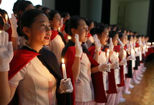 مراسم سوگند دانشجویان یک دانشکده پرستاری در شهر بوسان کره جنوبی پیش از آغاز به کار