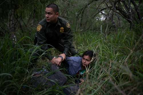 ماموران پلیس مرزبانی در ایالت تگزاس آمریکا یک زوج مکزیکی را پس از ورود غیر قانونی به خاک آمریکا بازداشت کردند/ عکس: رویترز