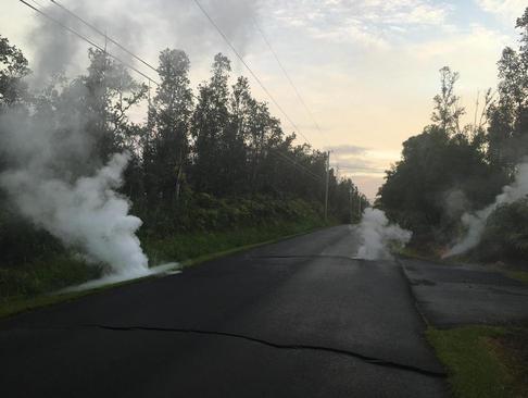 خارج شدن دود ناشی از گدازههای آتشفشانی از شیارهای زمین در هاوایی آمریکا