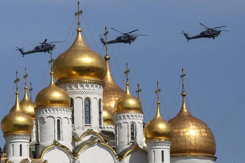 پرواز بالگردهای ارتش روسیه بر فراز مسکو در آستانه برگزاری رژه بزرگ هفتادوسومین سالروز پیروزی شوروی بر آلمان نازی در جنگ دوم جهانی در روز 9 می
