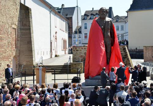 پرده برداری از مجسمه کارل مارکس در دویستمین سالگرد تولد او در شهر زادگاه او در آلمان