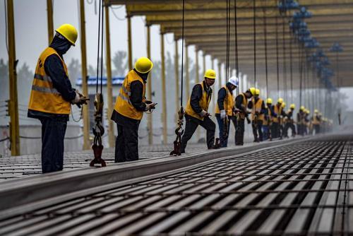 کارگران در حال کار روی ریل آهن قطار سریع السیر- چین