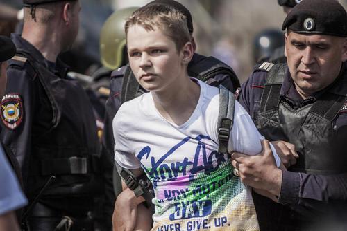 دستگیری یک نوجوان در تظاهرات سراسری مخالفان پوتین در شهر مسکو