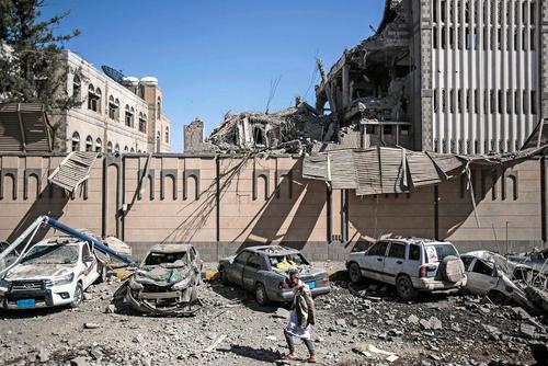 6 کشته و 30 زخمی در حمله جنگندههای ائتلاف تحت رهبری سعودی به کاخ ریاست جمهوری یمن در شهر صنعا/ عکس: هانی العنسی؛ خبرگزاری آلمان