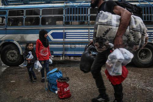 انتقال شورشیان مسلح سوریه و خانوادههایشان به روستایی در شمال شهر حماء سوریه