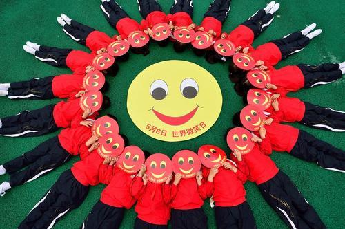 دانش آموزان مدرسه ای در چین در روز جهانی لبخند