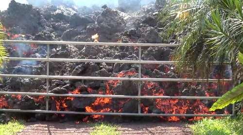 رسیدن گدازههای آتشفشانی به حصارهای خانهها در هاوایی آمریکا/ رویترز