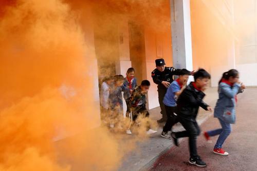 مانور ضد تروریستی در مدرسهای در شهر