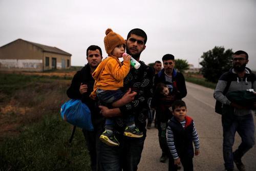 پناهجویان آواره سوری گریخته از شهر عفرین در مرز یونان و ترکیه