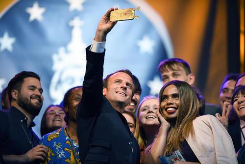 سلفی گرفتن رییس جمهوری فرانسه با برندگان جوان جایزه جهانی شارلمانی در آخن آلمان. ماکرون خود به خاطر تلاشهایش برای حفظ یکپارچگی اتحادیه اروپا این جایزه را دریافت کرده است.