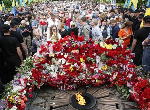 ادای احترام به بنای یادبود سرباز گمنام در شهر کییف اوکراین در هفتادوسومین سالگرد روز پیروزی بر آلمان نازی