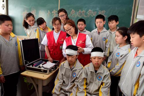 آموزش کمکهای اولیه به دانشآموزان چینی در بیمارستانی در شهر