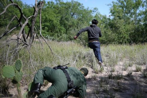 فرار یک مهاجرغیرقانونی مکزیکی از دست پلیس مرزبانی آمریکا در