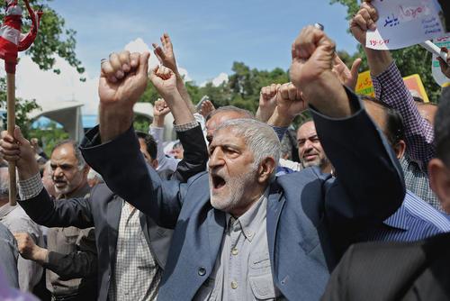 تظاهرات پس از نماز جمعه در تهران در محکومیت اقدام ترامپ در خروج از برجام/ عکس: احمد حلبی ساز؛ شینهوا