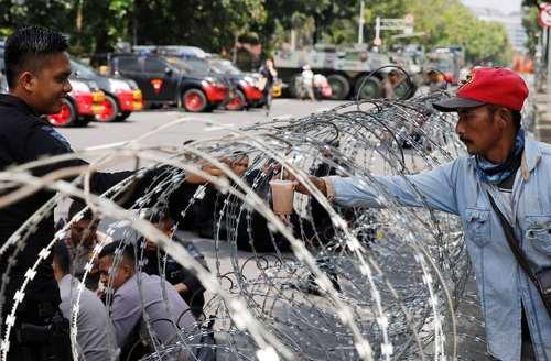 افزایش موانع امنیتی مقابل سفارت آمریکا در شهر جاکارتا اندونزی همزمان با اقدام دولت واشنگتن به انتقال سفارت خانه آمریکا از تل آویو به شهر قدس/ رویترز