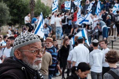 پیرمرد فلسطینی نظارهگر جشن و شادی اسراییلیها از انتقال سفارتخانه آمریکا از شهر تلآویو به شهر قدس/ قدس