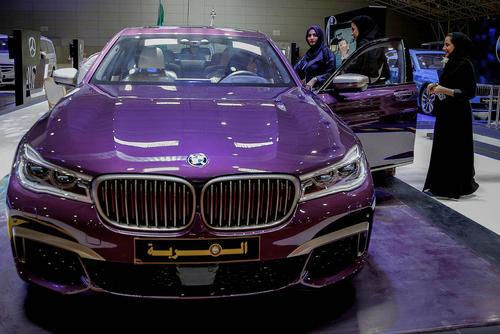 نمایشگاه خودروی مخصوص زنان در شهر ریاض عربستان سعودی یک ماه مانده به موعد قانونی مجاز شدن رانندگی زنان /عکس: احمد یسری؛ خبرگزاری آلمان