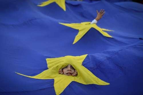 بازیگوشی بچهها زیر پرچم اتحادیه اروپا در تظاهرات اعتراضی مخالفان حکومت رومانی برای استعفای نخست وزیر از قدرت- بخارست/ عکس: خبرگزاری فرانسه