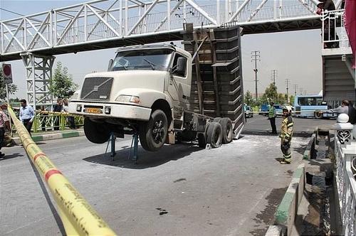گیر کردن کمپرسی به پل عابر پیاده در جاده خاوران (عکس)