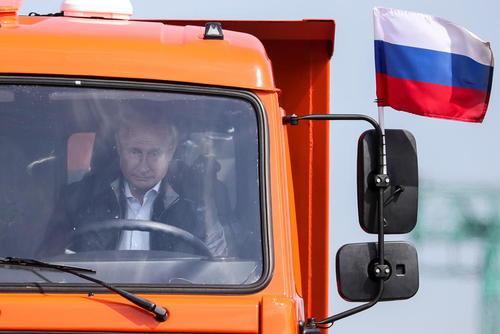 ولادیمیر پوتین رییس جمهوری روسیه روی کامیون در حال عبور از پل کریمه – وصل کننده روسیه به شبه جزیره کریمه- در مراسم افتتاح این پل/عکس: ایتارتاس