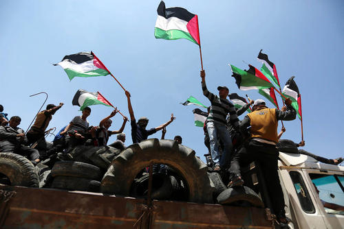 حمل تایرهای خودرو از سوی فلسطینیهای ساکن باریکه غزه برای آتش زدن در مرز با اسراییل