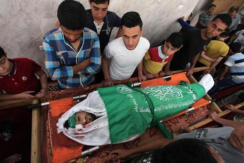 تشییع پیکر شهدای فلسطینی که در روز دوشنبه خونین به ضرب گلوله نیروهای اسراییلی در مرز باریکه غزه کشته شدهاند