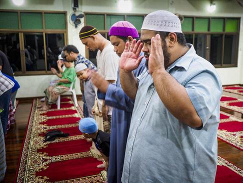 نماز جماعت در نخستین شب ماه رمضان در مسجدی در بانکوک