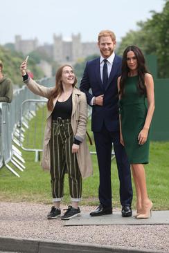 سلفی گرفتن با مجسمههای مومی شاهزاده هری و نامزدش