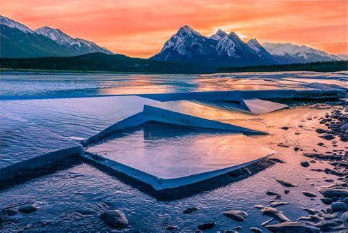 آب شدن صفحات یخ روی دریاچه