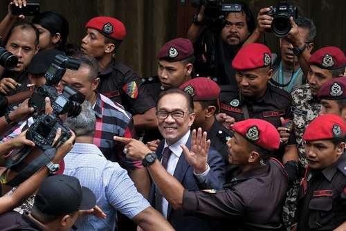 آزادی انور ابراهیم – نخست وزیر سابق مالزی- از زندان با فرمان عفو پادشاه مالزی. این سیاستمدار مالزیایی به اتهام لواط زنداانی شده بود./ عکس: آسوشیتدپرس