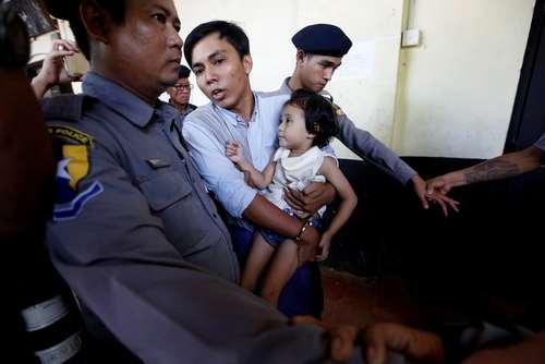 خبرنگار محلی خبرگزاری رویترز در حال در آغوش گرفتن دخترش در جلسه محاکمه دادگاه در شهر یانگون میانمار/ رویترز