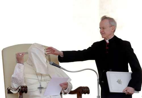 نجات پاپ فرانسیس از مزاحمت باد؛ واتیکان/ رویترز