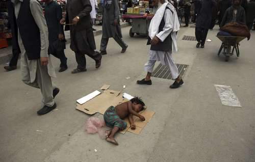 دختر بچه کارتن خواب در شهر کابل افغانستان/ آسوشیتدپرس