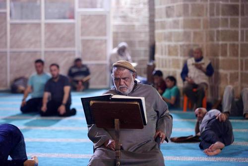 قرائت قرآن در مسجدی در غزه همزمان با ماه رمضان