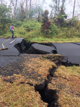 ترک خوردن زمین در اثر نیروی انفجار مواد آتشفشانی زیر زمین در هاوایی آمریکا