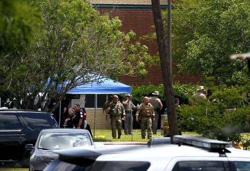 نیروهای امنیتی در اطراف دبیرستان