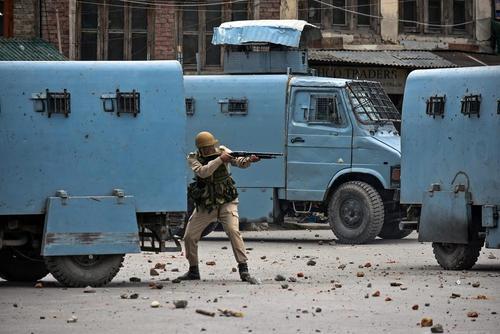 پلیس هند در حال شلیک گاز اشک آور به سمت معترضان کشمیری