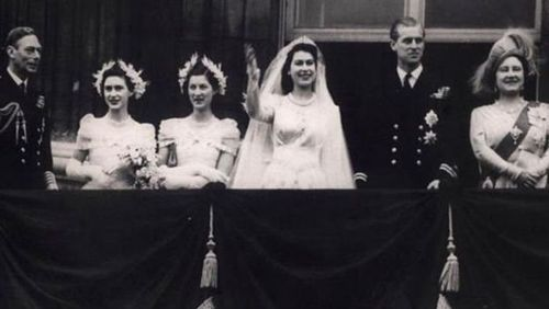 شاهزاده الیزابت و فیلیپ در روز عروسی در ۲۰ نوامبر ۱۹۴۷ برای جمعیت دست تکان میدهند