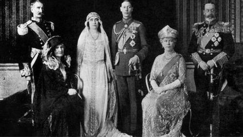 روز ازدواج جورج ششم (در آن زمان دوک یورک) و الیزابت بووز لیون در ۲۶ آوریل ۱۹۲۳. در عکس جورج پنجم و ملکه مری هم دیده میشوند