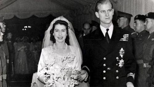 شاهزاده الیزابت به همراه همسرش دوک ادینبورگ، کلیسای وست مینستر را پس از مراسم ازدواج در ۲۰ نوامبر ۱۹۴۷ ترک میکند