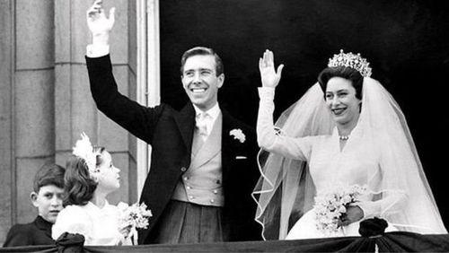 شاهزاده مارگارت به همراه شوهر عکاسش آنتونی آرمسترانگ جونز در ششم مه ۱۹۶۰ در کاخ باکینگهام