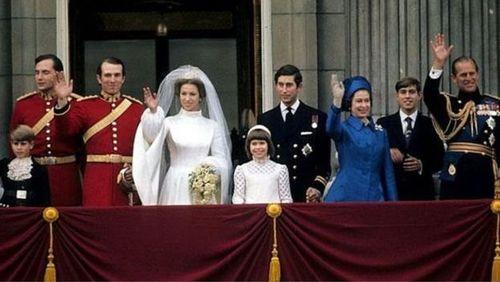 شاهزاده آن و مارک فیلیپس از روی بالکن کاخ باکینگهام در ۱۴ نوامبر ۱۹۷۳ برای مردم دست تکان میدهند